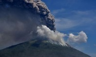 Clip núi lửa Indonesia phun trào cột tro khói cao 4 km, 2.800 người sơ tán