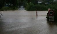 Người mẹ bị cuốn trôi khi chở con qua dòng nước lũ