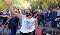 Hình ảnh người ủng hộ đổ ra đường mừng Biden đắc cử tổng thống Mỹ