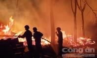 Cháy xưởng gỗ kế quán lẩu dê, khách chạy tán loạn