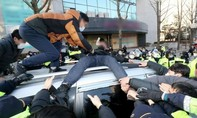 Kẻ ấu dâm 'điên loạn' ở Hàn Quốc bị vây kín, ném trứng thối ngày ra tù