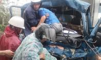 4 ô tô tông liên hoàn, huy động máy múc cứu tài xế kẹt cứng trong cabin