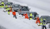 Hình ảnh hơn 1.000 người Nhật kẹt xe suốt đêm trên cao tốc vì bão tuyết
