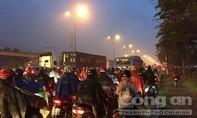 Kẹt xe kéo dài ở Sài Gòn trong cơn mưa