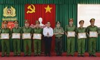 Công an huyện Phong Điền nhận Cờ thi đua của Chính phủ