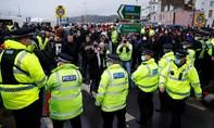 Hình ảnh căng thẳng giữa tài xế và cảnh sát ở biên giới Anh vì dịch nCoV