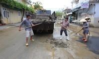 Phố cổ Hội An ngập bùn đất sau lũ