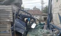 Hàng chục người giải cứu tài xế trong cabin biến dạng