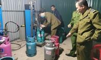 """Bắt quả tang cơ sở sang chiết gas lậu """"khủng"""" gần trụ sở UBND quận"""