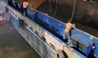 Giải cứu sà lan mắc kẹt vào gầm cầu trên nhánh sông Đồng Nai