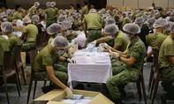 Clip hàng ngàn binh sĩ Singapore chuẩn bị  5,2 triệu khẩu trang phát cho dân