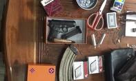 Khám xét nhà đối tượng đánh bạc, phát hiện nhiều vũ khí nóng
