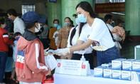 Á hậu Kim Duyên phát khẩu trang y tế miễn phí