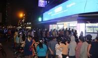 Dân Sài Gòn xếp hàng chờ 4 giờ mua được... 10 chiếc khẩu trang
