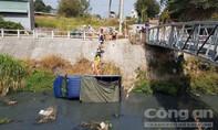 Xe tải không người lái trôi tự do rơi xuống suối