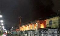 Nhà xưởng công ty cháy lớn dưới trời mưa