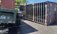 Thùng container văng từ xe đầu kéo xuống đường, 4 người bị thương