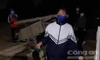 Dân vùng tâm dịch Sơn Lôi mang củi sưởi ấm cho cán bộ y tế
