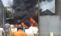 Bãi phế liệu cháy lớn giữa trưa nắng, uy hiếp hộ dân xung quanh