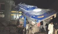 Tai nạn thảm khốc khi tàu hỏa 'xé đôi' xe buýt, 20 người thiệt mạng