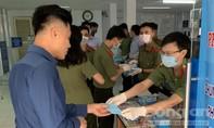 Công an TPHCM phát khẩu trang cho người dân
