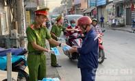 Công an ở Đồng Nai, Bình Thuận phát khẩu trang miễn phí cho dân