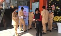 CSGT Lâm Đồng phát 5.000 khẩu trang cho người dân