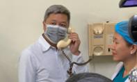 Thứ trưởng Bộ Y tế trò chuyện với Việt kiều nhiễm virus corona qua bộ đàm