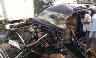 Xe 7 chỗ bị xe tải tông bẹp dúm, tài xế kẹt trong ca-bin