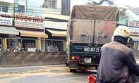Dầu nhớt vương vãi trên đường, nhiều phương tiện bị ngã
