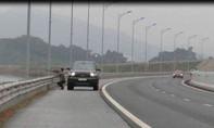 Tước bằng lái người dừng ôtô trên cao tốc để... bắn chim
