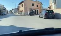 """Clip lái xe trong """"thành phố chết"""" ở Ý, nhưng trong phim"""
