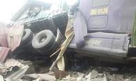 """""""Tử thần ngủ quên"""" khi xe tải tông sập hai nhà dân trong đêm"""
