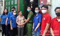 Tặng bình chữa cháy và dung dịch sát khuẩn cho người dân