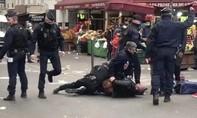 Clip Cảnh sát Pháp áp chế người không có giấy phép đi lại trong mùa dịch