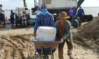 Cảnh sát biển mang nước ngọt đến vùng hạn, mặn