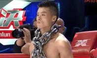 Clip võ sĩ Trung Quốc đeo gần 1 tạ xích sắt lên đài thị uy, vẫn bị đánh xỉu