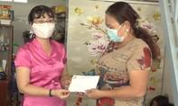 Tặng quà gia đình các y bác sĩ đang điều trị bệnh nhân nhiễm Covid-19