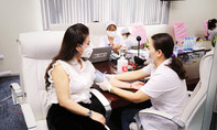 Bà Lê Hoàng Diệp Thảo cùng công nhân viên hiến máu mùa dịch
