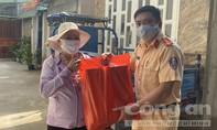CSGT Công an TPHCM tặng thêm nhiều phần quà cho bà con nghèo