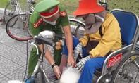 Thừa Thiên – Huế: Người dân xếp hàng nhận gạo từ ATM gạo