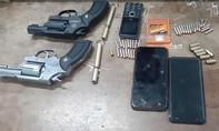 Cặp đôi mang 2 khẩu súng đột nhập nhà dân trói gia chủ cướp tài sản