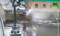 Clip tài xế Nga say rượu tông lan can, xe lơ lửng ở bờ sông