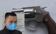 Bị bắt vì vứt lại súng khi gặp Công an