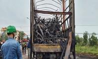 Xe tải bỗng bốc cháy, 45 xe máy trên thùng bị thiêu rụi