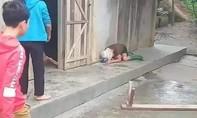 Con trai say rượu cầm ghế đánh mẹ bất tỉnh