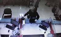 Đối tượng mang súng cướp ngân hàng ở Hà Nội ra đầu thú