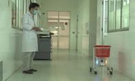 Bác sĩ chế tạo rô-bốt phục vụ bệnh nhân nhiễm Covid-19