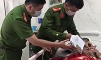 Đến tận giường bệnh làm CMND cho bệnh nhân nghèo để được hưởng chế độ
