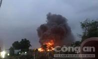Đang cháy lớn tại xưởng gỗ ven Sài Gòn